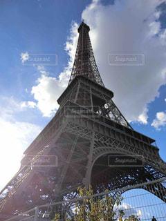 足元から望むエッフェル塔の写真・画像素材[1895558]