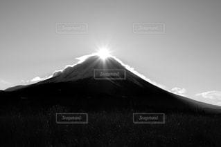 山の前に立っている男の写真・画像素材[762136]
