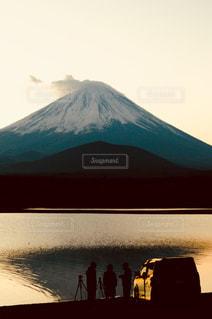 山の上に座っている鳥の写真・画像素材[804246]