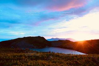 背景の山のフィールドの写真・画像素材[824190]