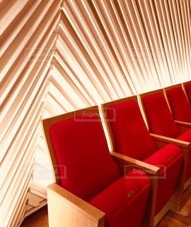 部屋に大きな赤い椅子の写真・画像素材[1119305]