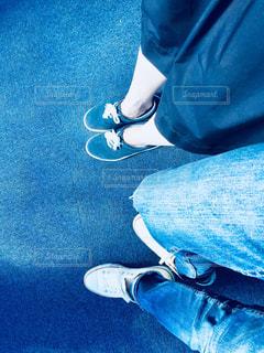 青と赤の靴を履いて足のペアの写真・画像素材[1171491]