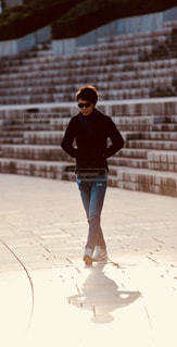歩道をスケート ボードに乗る人 - No.1206882