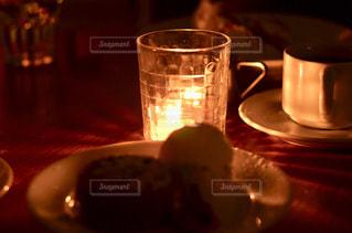 近くのテーブルにビールのグラスをの写真・画像素材[1242552]