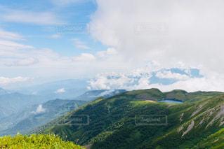 背景の大きな山のビューの写真・画像素材[1243598]