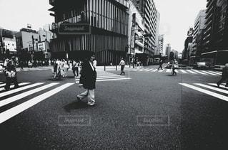通りを歩いている人の写真・画像素材[1293204]