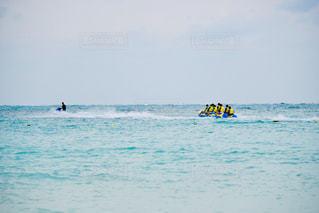 水域を泳いでいる男の写真・画像素材[2233046]