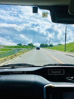 道路の脇に駐車した車の写真・画像素材[2272732]