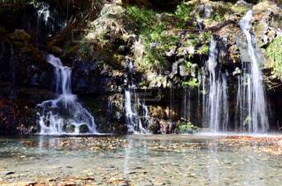 水域に滝の写真・画像素材[2299903]