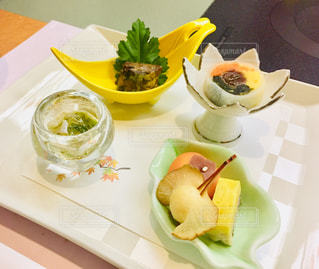 皿の上に食べ物の皿をトッピングしたテーブルの写真・画像素材[2419038]