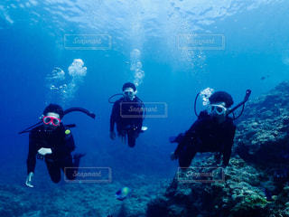 水の中を泳ぐ人々のグループの写真・画像素材[2429276]
