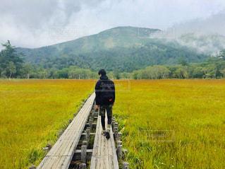 山の前に立っている男の写真・画像素材[2436438]