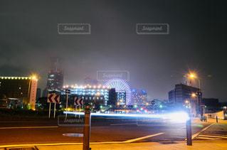 夜にライトアップされた街の写真・画像素材[2440819]