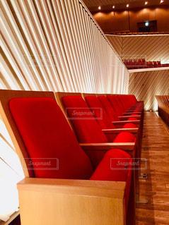 部屋の中の大きな赤い椅子の写真・画像素材[2441522]