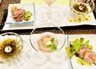 皿の上に食べ物の皿をトッピングしたテーブルの写真・画像素材[2785968]