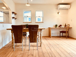 木製の床のリビングルームの写真・画像素材[2799082]