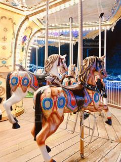 カルーセルで馬に乗っている人の写真・画像素材[3032649]