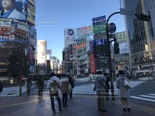 街の通りを歩いている人のグループの写真・画像素材[938277]