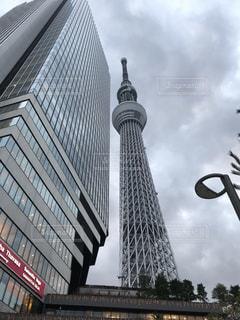 バック グラウンドで東京スカイツリーと都市ビルの写真・画像素材[1905807]