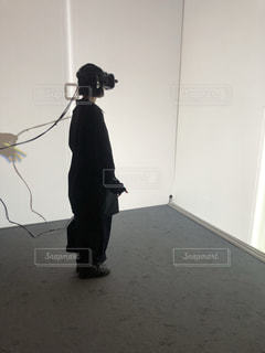 部屋に立つ人の写真・画像素材[1932553]