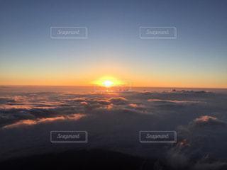 富士山山頂 雲海からのご来光の写真・画像素材[1908817]