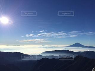間ノ岳山頂から眺める富士山の写真・画像素材[1910678]