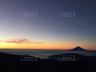 北岳山荘から眺める、朝焼けの富士山の写真・画像素材[1910679]