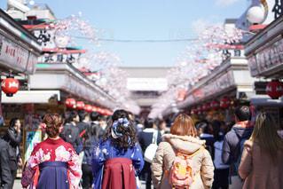 浅草を歩く女性の後姿の写真・画像素材[442101]