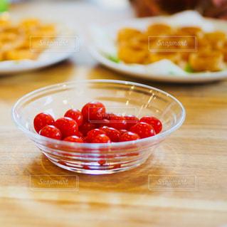 テーブルの上に食べ物のボウルの写真・画像素材[772229]