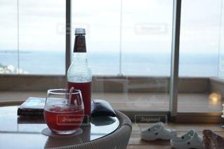 ワイン1本とテーブルの上のビール1杯の写真・画像素材[2333368]