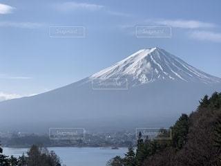 雪の覆われた背景の富士山山の写真・画像素材[1911977]