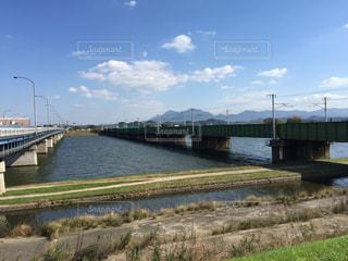 水の体の上を橋を渡る列車の写真・画像素材[975980]