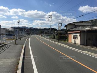 電車が道路の脇に駐車します。の写真・画像素材[975984]