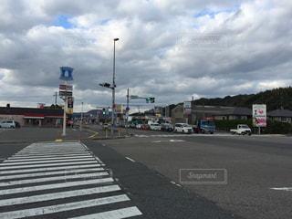 近くに高速道路の横にある横断歩道のの写真・画像素材[976011]