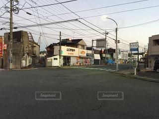 道の端にフォーカスを持つストリート シーンの写真・画像素材[976026]