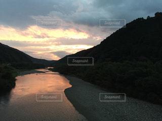 背景の山と水体の写真・画像素材[976048]