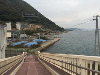 水の体の上の橋の写真・画像素材[976071]
