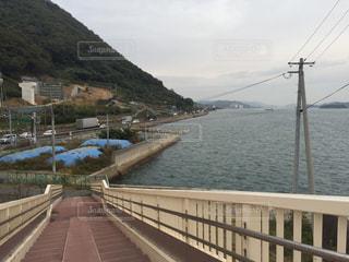水の体の上の橋の写真・画像素材[976072]