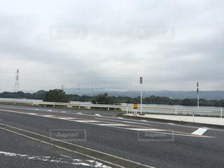 高速道路を運転している飛行機の写真・画像素材[976078]