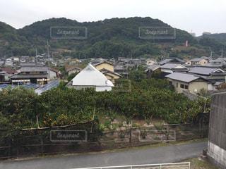 背景の山と建物の写真・画像素材[976079]