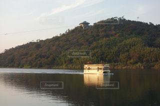水の体の小さなボートの写真・画像素材[976468]