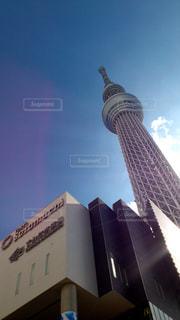 建物の側面にある記号を持つタワーの写真・画像素材[976761]