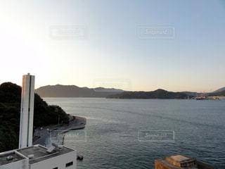 水の体の小さなボートの写真・画像素材[976821]