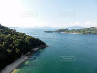 水の体の真ん中に島の写真・画像素材[976849]