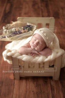 木製のテーブルの上に座って赤ちゃんの写真・画像素材[1901349]