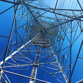空を仰ぐ、鉄塔の真下。の写真・画像素材[1901410]