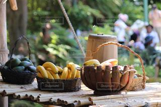 木製テーブルの上にフルーツとケーキの写真・画像素材[1902639]