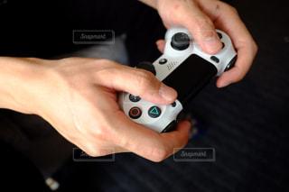 ゲームコントローラーを持つ手の写真・画像素材[3197799]