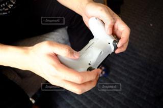 ゲームコントローラーの特殊な持ち方の写真・画像素材[3197800]