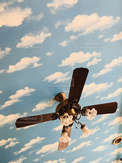 天井が空模様の壁紙の写真・画像素材[1976447]